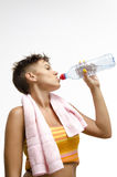 在训练以后的女孩饮用水 免版税库存照片