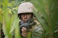 在训练期间的军事战士与武器 库存照片