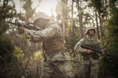 在训练期间的军事战士与武器 免版税图库摄影