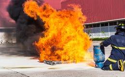 在训练期间的消防队员 库存照片