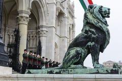 在议会前面的匈牙利战士庆祝在Buda 免版税库存照片