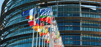 在议会前面的欧盟旗子 库存照片
