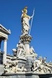 在议会前面的Pallas雅典娜雕象在维也纳,奥地利 免版税库存图片