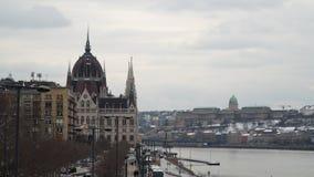 在议会大厦附近的多瑙河堤防 股票录像