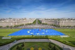 在议会宫殿前面的欧洲的最大的旗子在布加勒斯特 库存照片