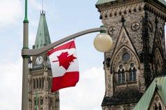 在议会小山-渥太华-加拿大的加拿大旗子 免版税库存图片
