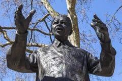 在议会正方形,伦敦的纳尔逊・曼德拉雕象 图库摄影