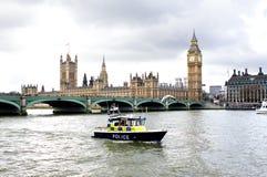 在议会警察河泰晤士之外的小船 库存照片