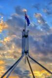 在议会议院顶部的澳大利亚旗子在堪培拉 免版税库存照片