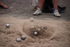 在议比赛期间时,当球在地面上登陆沙子飞行  免版税库存图片