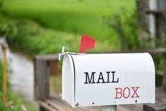 在议院前面的白色邮箱 库存照片