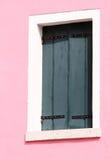 在议院的桃红色墙壁上的窗口在Burano海岛上的在它的 库存图片