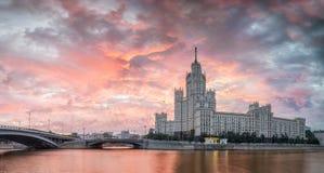 在议院的背景的五颜六色的黎明Kotelnichesk的 库存照片