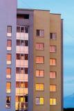 在议院的Windows的色的日落反射反对蓝天的 免版税库存照片