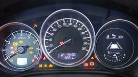 在记分牌的测试仪器,当发动汽车的引擎时 股票录像