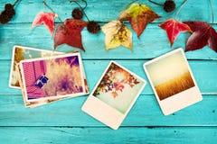 在记忆和乡情的象册在秋天在木桌上的秋季 库存照片