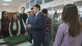 在讲师的学生在架子的立场和石头 股票视频