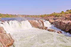 在讷尔默达河的Dhuandhar瀑布在贾巴尔普尔 免版税库存照片