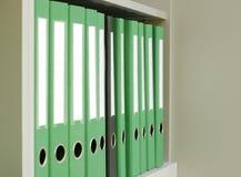 在许多中的一黑色绿色文件夹 免版税库存图片