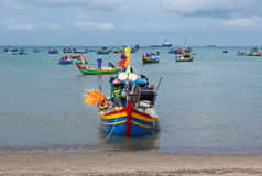 在许多之外的一条小船在海滩-越南 免版税图库摄影