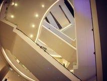 在许多地板的有启发性自动扶梯在一家旅馆在泰国 免版税库存图片