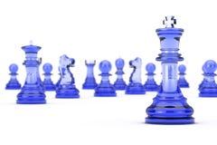 在许多棋形象前面的玻璃国王Chess 3d翻译 免版税库存图片
