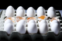在许多白鸡蛋中的卵黄质 免版税图库摄影