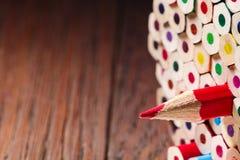 在许多部分中的一支被削尖的红色铅笔 库存照片