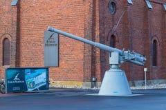 在论坛小游艇船坞博物馆前面的大炮在图尔库 免版税库存照片