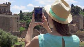 在论坛拍在手机的Romanum附近的妇女照片 罗马论坛的女性旅游采取的图片 影视素材