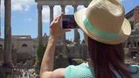 在论坛拍在手机的Romanum附近的妇女照片 罗马论坛的女性旅游采取的图片 股票录像