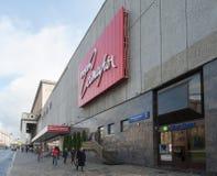 在讽刺剧院附近的人步行在莫斯科 库存照片