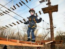 去在设备和looki的吊桥的小男孩 图库摄影