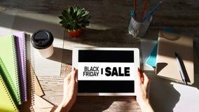 在设备屏幕上的黑星期五销售横幅 电子商务、互联网事务和数字营销 库存图片