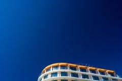 在设想的天空的蓝色旅馆 免版税图库摄影