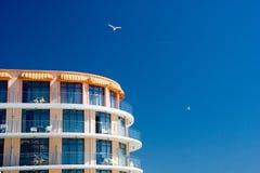 在设想的天空的蓝色旅馆 库存图片