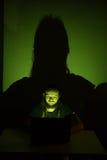 在设法他的计算机上的黑客进入一私有porfile 库存图片
