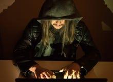 在设法他的计算机上的黑客进入一私有porfile 免版税库存图片