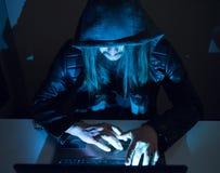 在设法他的计算机上的黑客进入一私有porfile 免版税库存照片