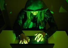 在设法他的计算机上的黑客进入一私有porfile 图库摄影