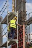 在设置柱子模子期间的工作者 免版税图库摄影