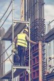 在设置柱子模子3期间的工作者 库存照片