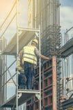 在设置柱子模子2期间的工作者 免版税库存照片