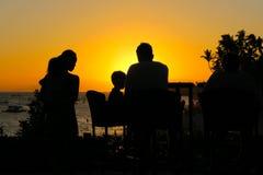 在设置热带太阳的家庭晚餐 图库摄影