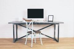 在设计师书桌的古色古香的椅子 库存图片