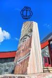 在访客中心附近的北极圈纪念碑在挪威, 66º 3 库存图片