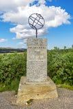 在访客中心附近的北极圈纪念碑在挪威 免版税库存照片