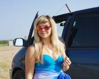 在诉讼游泳附近的美丽的汽车女孩 图库摄影