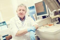 在诊所实验室的资深男性医生画象 免版税库存图片