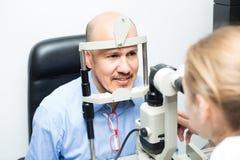 在诊所的眼睛检查 图库摄影